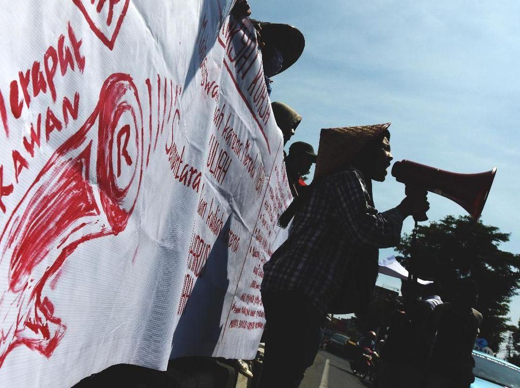 Aksi Teatrikal Peringati Hardiknas di Makassar