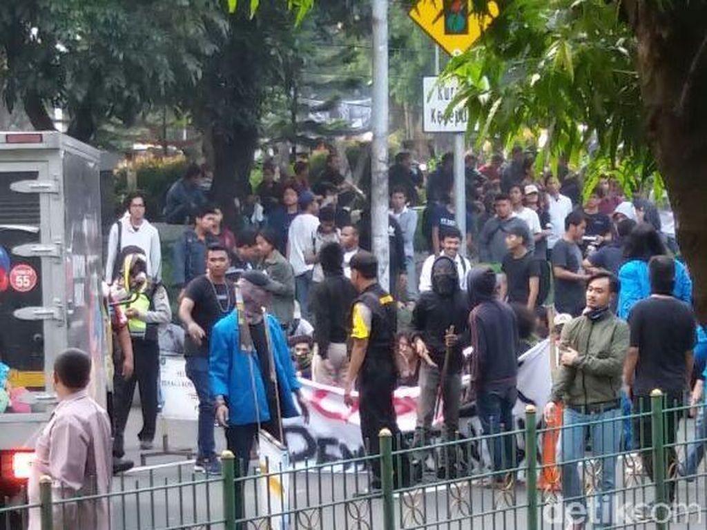 Mahasiswa UP Demo Tutup Jalan, Lalin Lenteng Agung Macet
