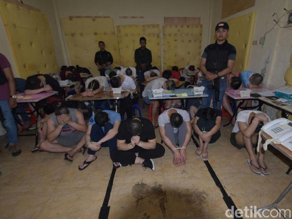 Foto 103 WN Tiongkok Pelaku Kejahatan Siber Saat Diciduk Polda Bali