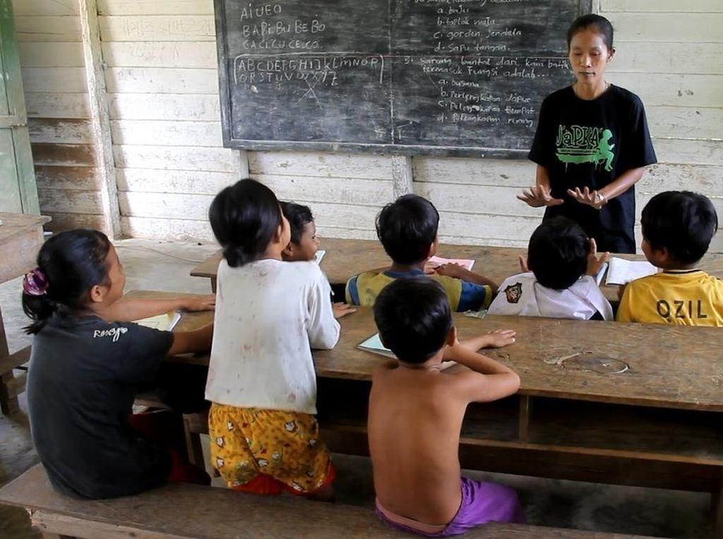 Guru SD Suku Pedalaman di Riau Hanya Digaji Rp 500 Ribu/Bulan