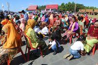Setelah ritual, kaki sang ibu pun dibilas dan dicium (dok Pemkab Halmahera Barat)