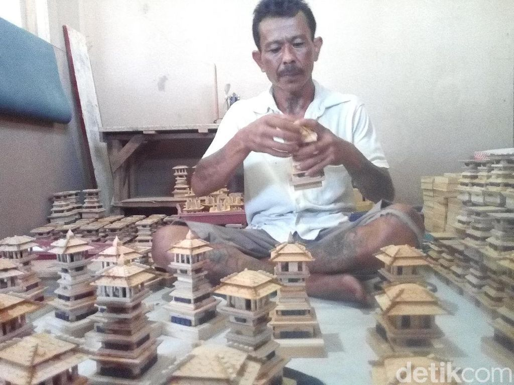 Saat Limbah Kayu Disulap Jadi Miniatur Menara dan Rumah Kudus