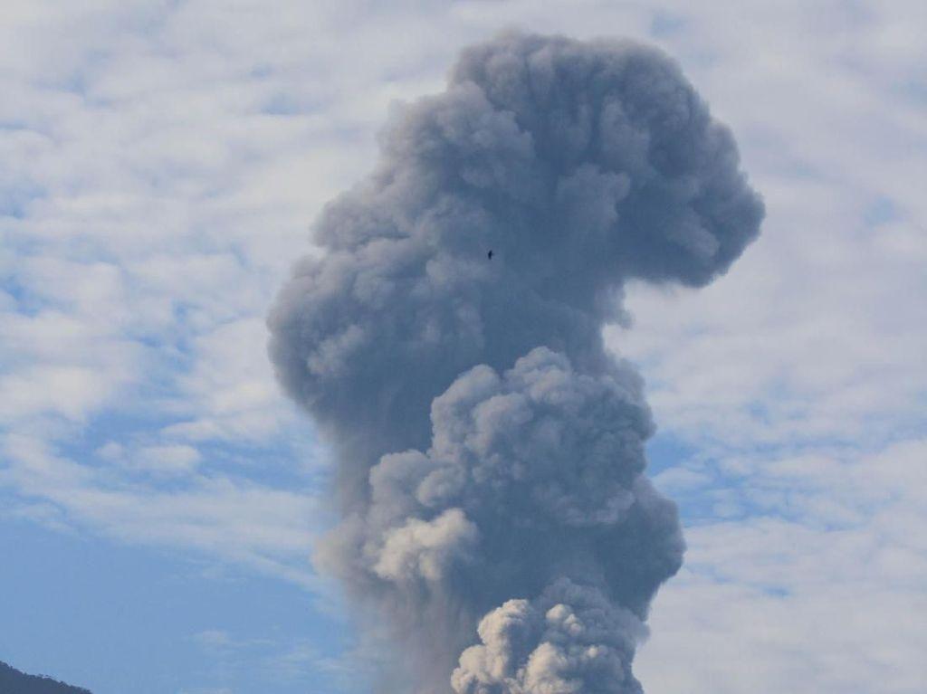 Foto: Abu Letusan Gunung Marapi Membubung 4 Km
