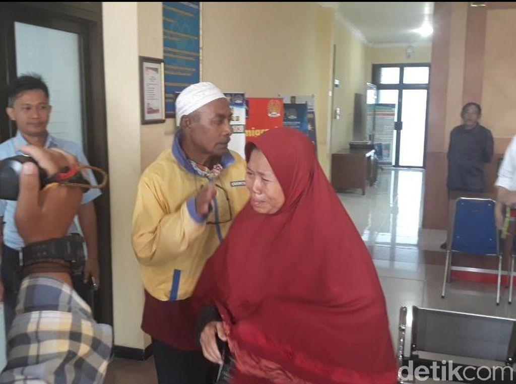 Tangis Wanita yang Ngaku Istri Warnai Deportasi Pria WN Malaysia