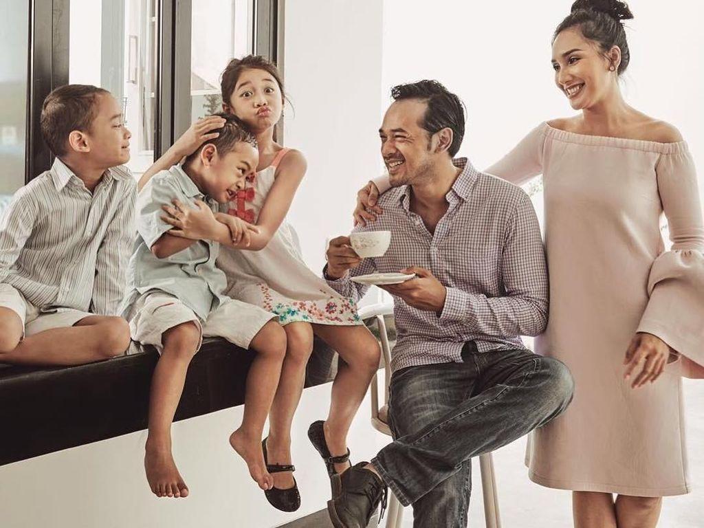 Ini Pose Seru Oka Antara Ketika Menikmati Makanan Bareng Keluarga