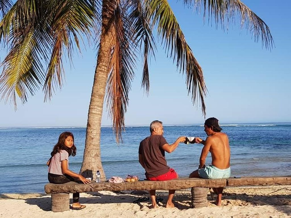 Begini Gaya Lukman Sardi Saat Ngopi di Kafe hingga Pinggir Pantai