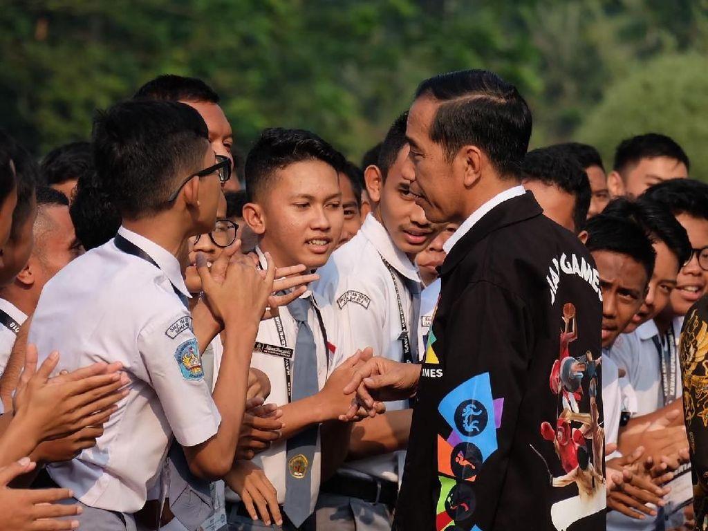 Gaya Jokowi Berjaket Asian Games di Hadapan OSIS SMA
