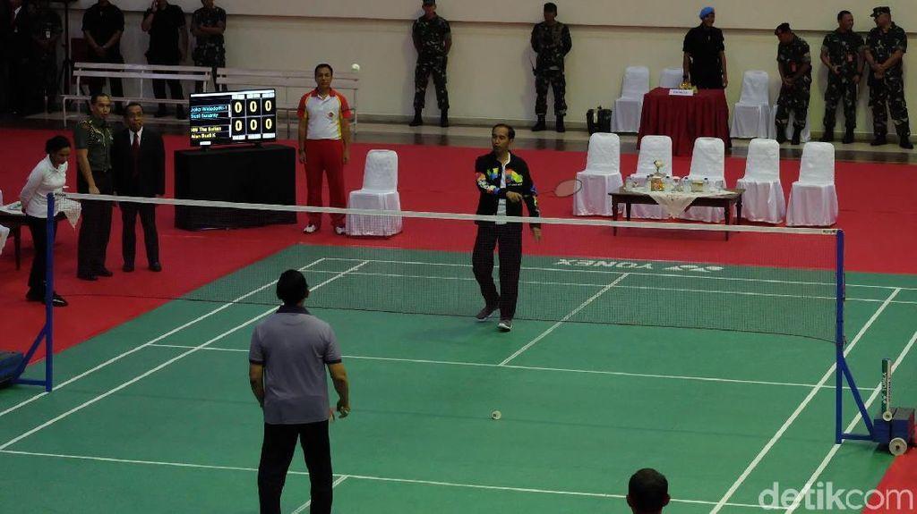 Foto: Sengitnya Duel Bulu Tangkis Jokowi Vs Sultan Brunei