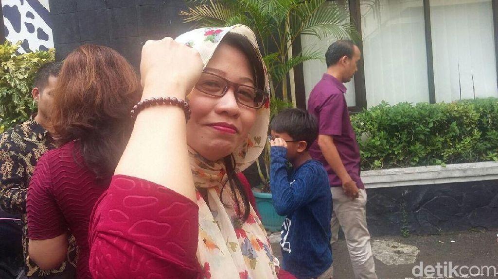Foto: Susi Ferawati Tunjukkan Gelang yang Disebut #GelangKode