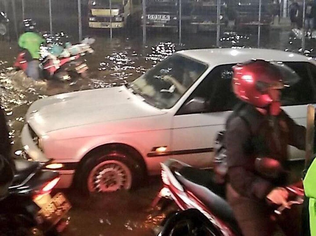Sejumlah Area di Jaksel Banjir, Ketinggian Air hingga 1,2 Meter