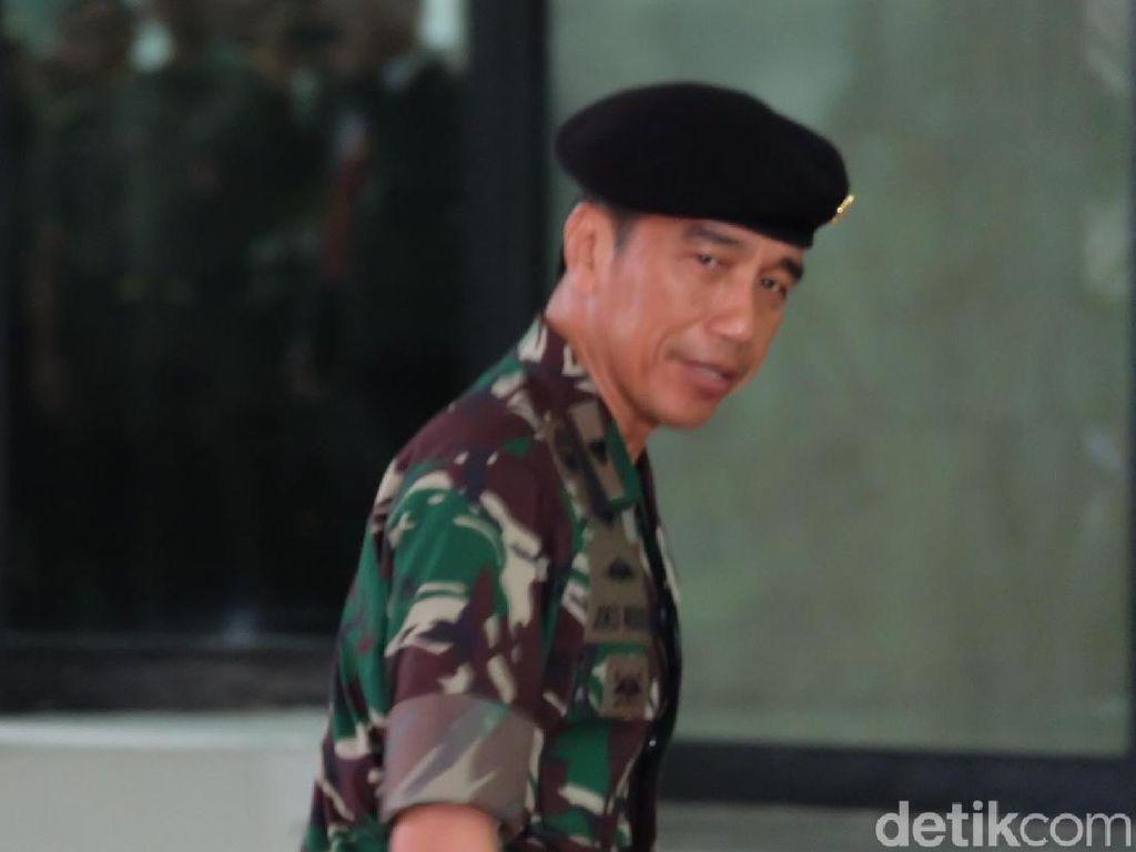 Foto: Jokowi Berbaju Loreng dan Berbaret