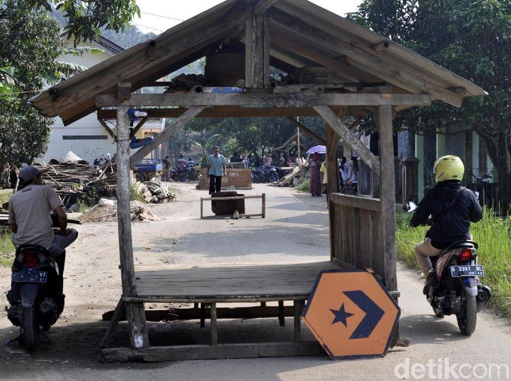 Foto: Pos Ronda dan TV Blokade Jalan Bopeng di Sukabumi