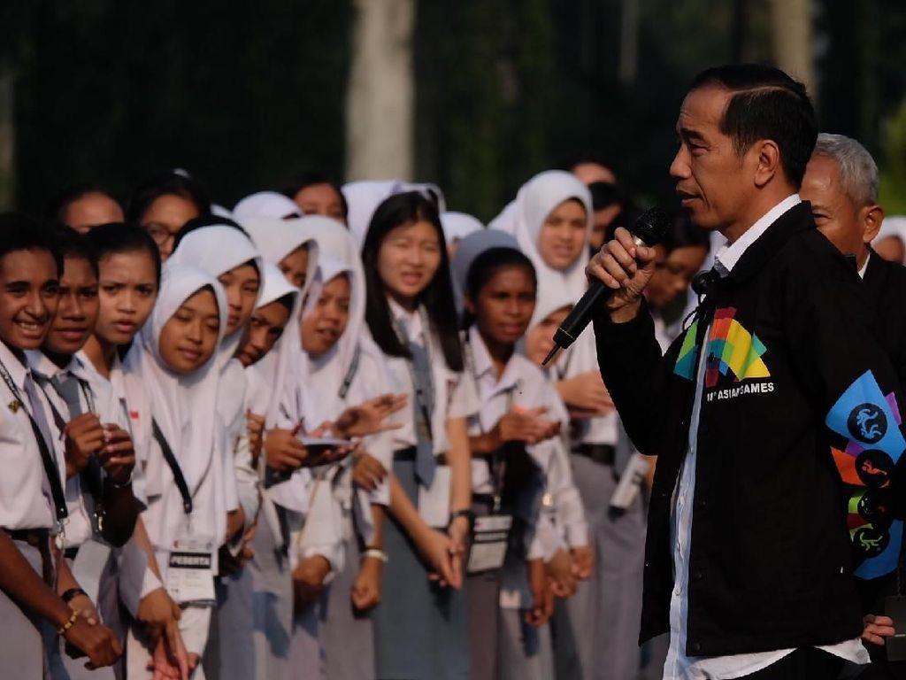 Berjaket Asian Games, Jokowi Ajak OSIS SMA Keliling Istana Bogor