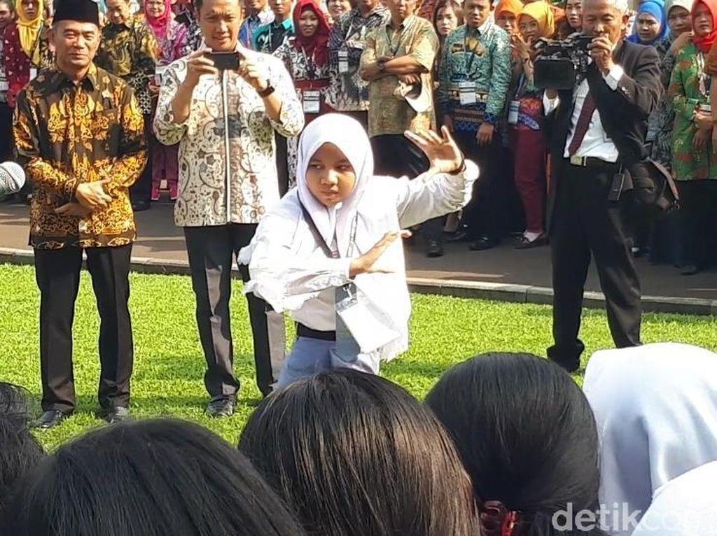 Ciatt...! Siswi SMA Ini Pamer Kebolehan Silat di Depan Jokowi
