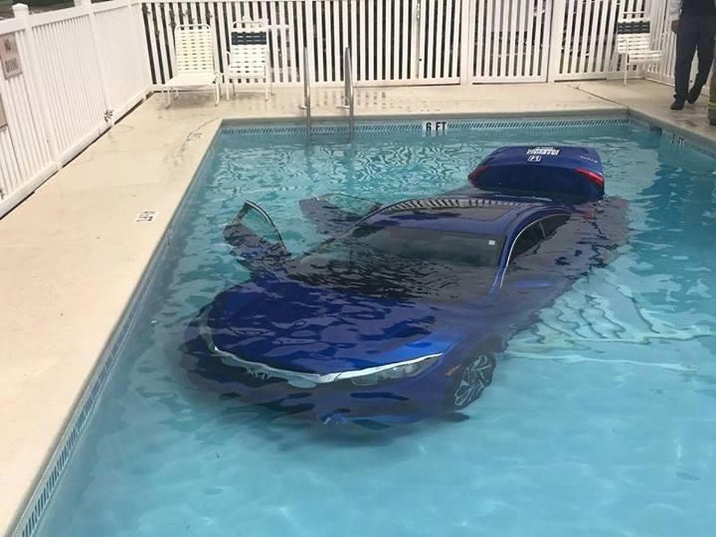 Jangan Ditiru! Akibat Lalai Honda Civic Berenang di Kolam