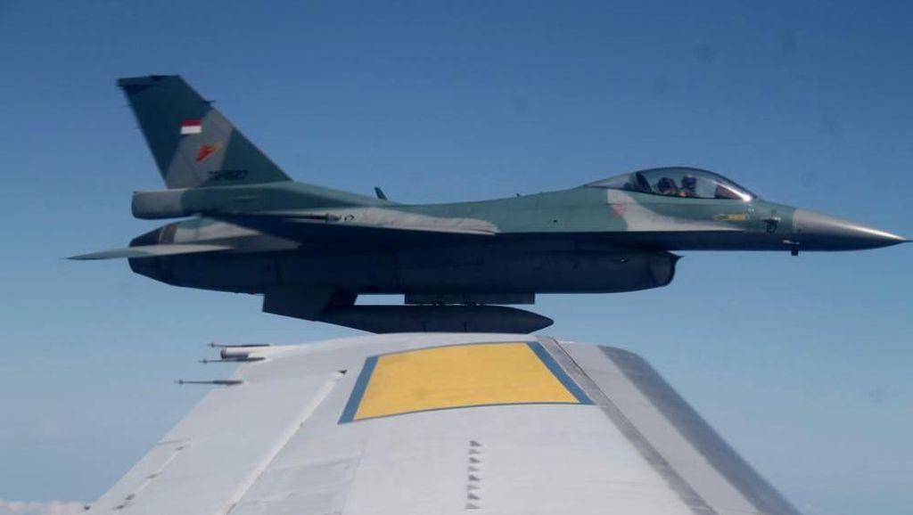 F-16 TNI AU Paksa Turun Pesawat Asing di Natuna