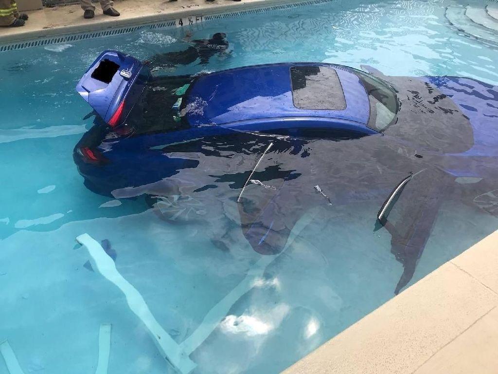 Begini Kalau Mobil Tidak Diparkir dengan Baik, Jadi Berenang Deh