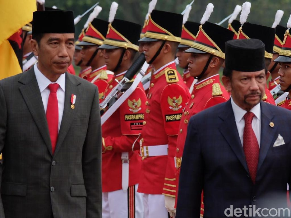 Jokowi Sambut Kedatangan Sultan Brunei di Istana Bogor