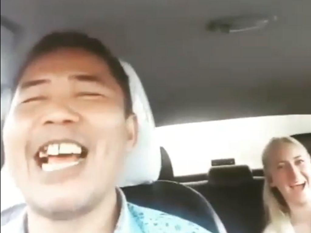 Viral Sopir Taksi Ajak Bule Ngobrol Inggris Ngapak
