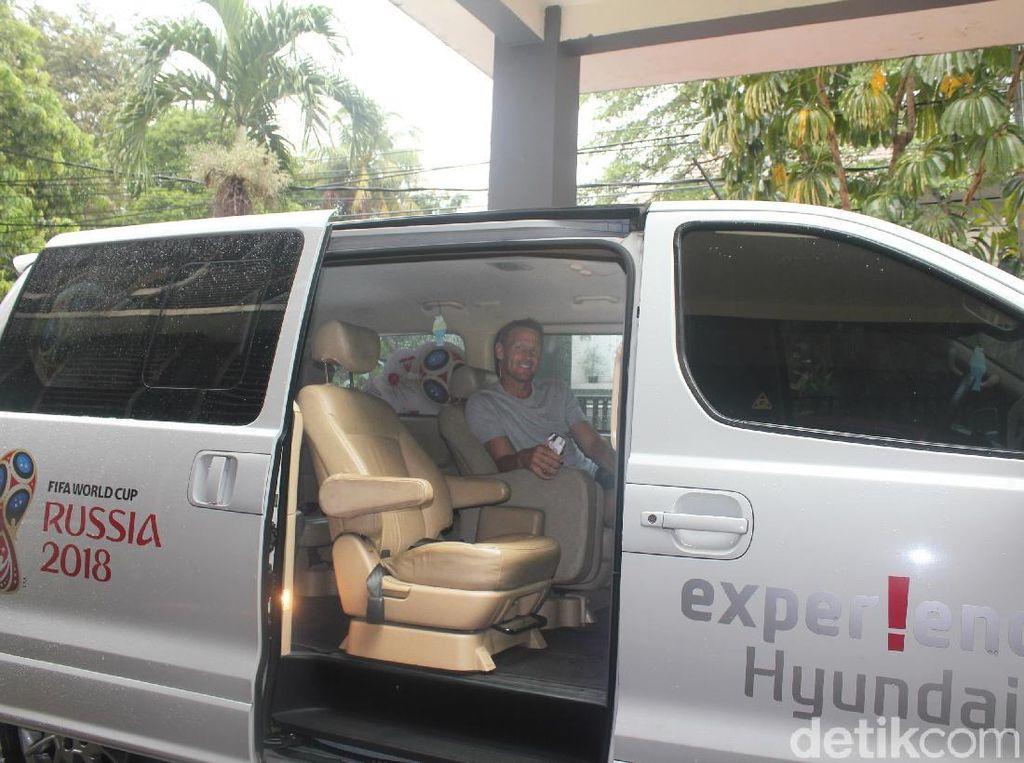 Jalan-jalan di Jakarta Teddy Sheringham Pilih Mobil Korea