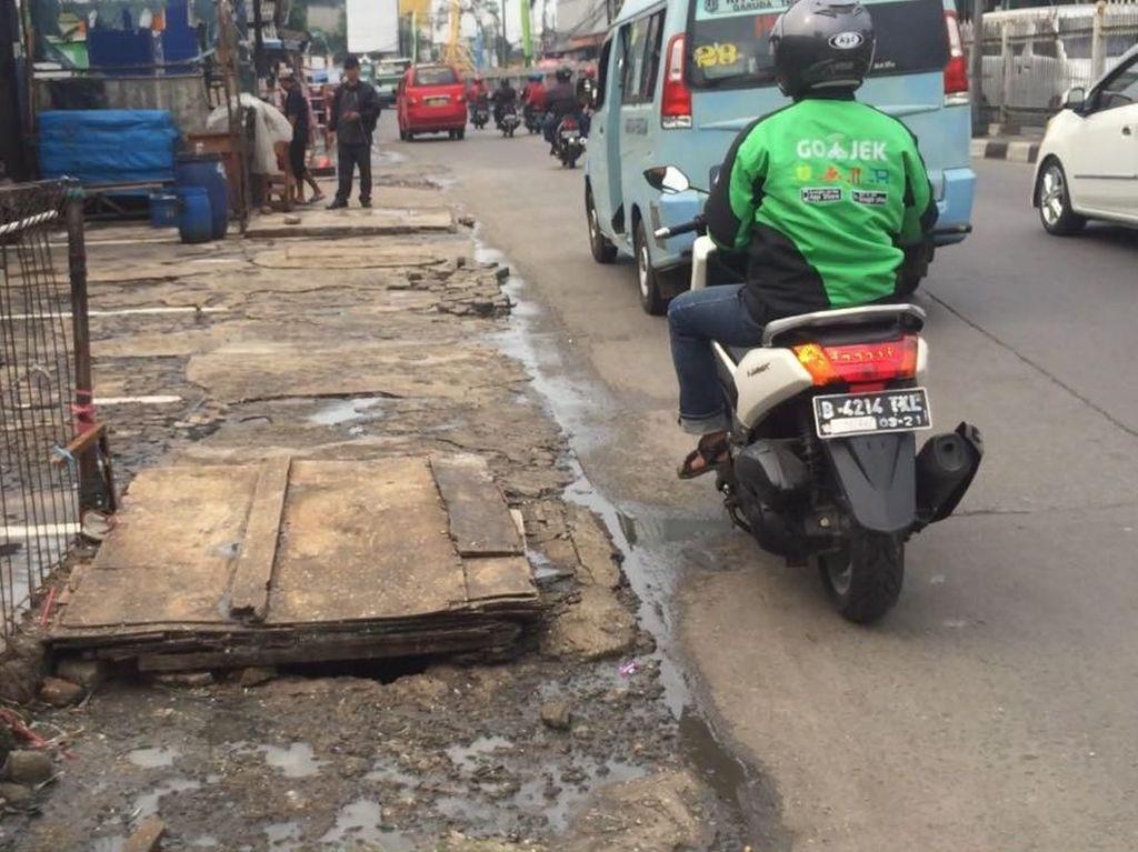Tak Hanya Rusak, Bau Amis Juga Menyeruak di Trotoar Kramat Jati