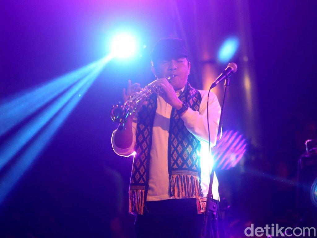 Gaya Saut Situmorang Main Saxophone di Konser Perangi Korupsi