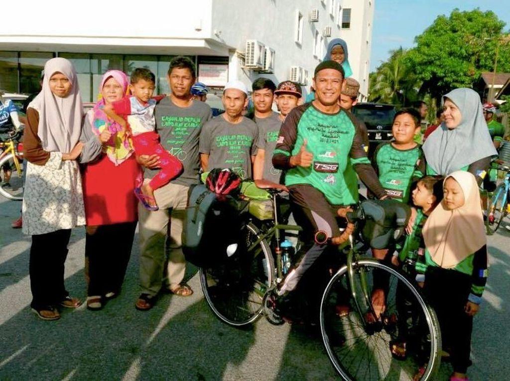 Salut! Pria Ini Nekat Bersepeda dari Malaysia ke Mekah untuk Naik Haji