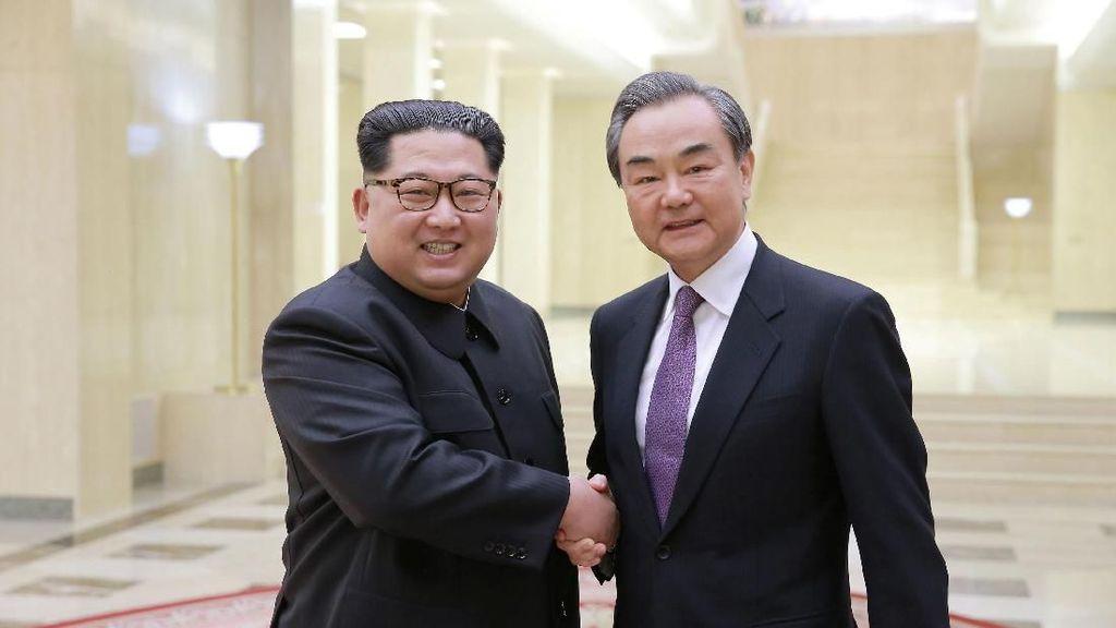 Foto: Momen Langka Pertemuan Kim Jong Un dan Menlu China