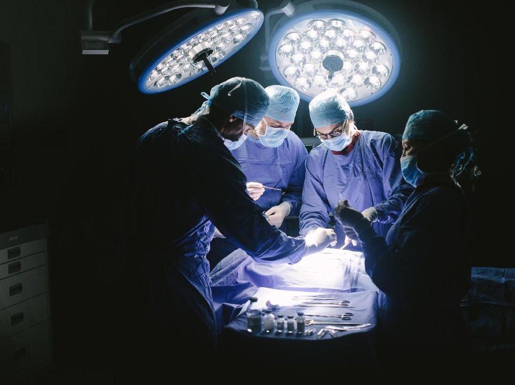 Pria Ini Tetap Sadar Saat Operasi Tumor Otak, Apa Rasanya Ya?