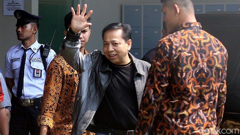 Dieksekusi ke Sukamiskin, Novanto Dadah-dadah Sambil Cengengesan