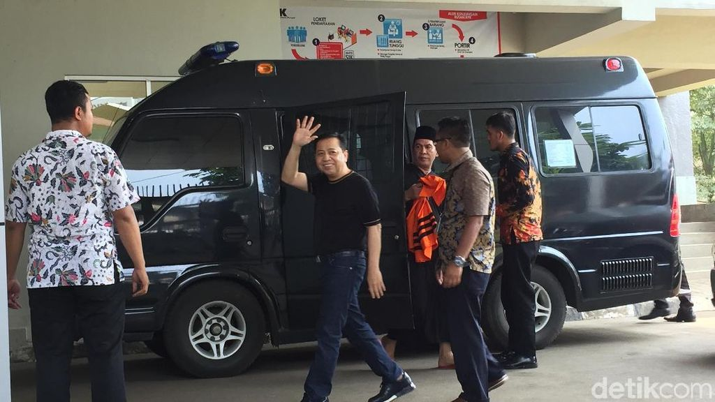 Foto: Gaya Kasual Novanto Jelang Dieksekusi ke Lapas Sukamiskin