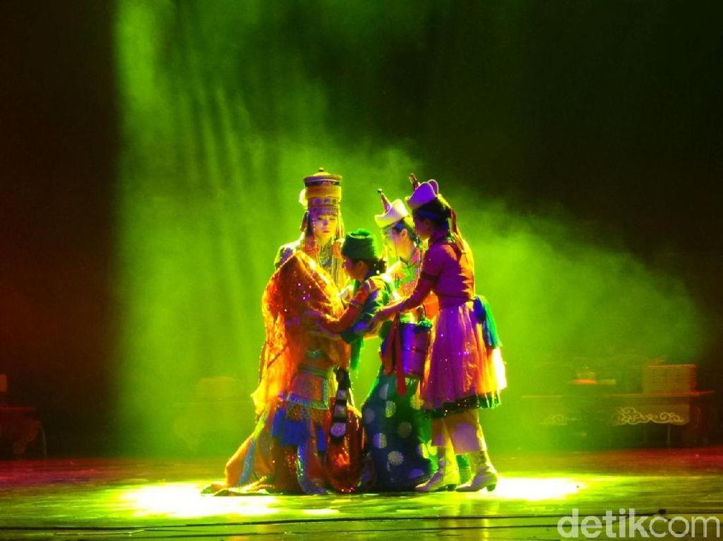 Foto: Pertunjukan Tari Kolosal Suku Mongol yang Spektakuler