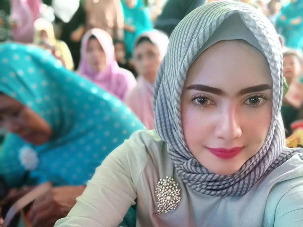 10 Gaya Hijab Yulia Mochammad yang Dikabarkan Dekat dengan Opick