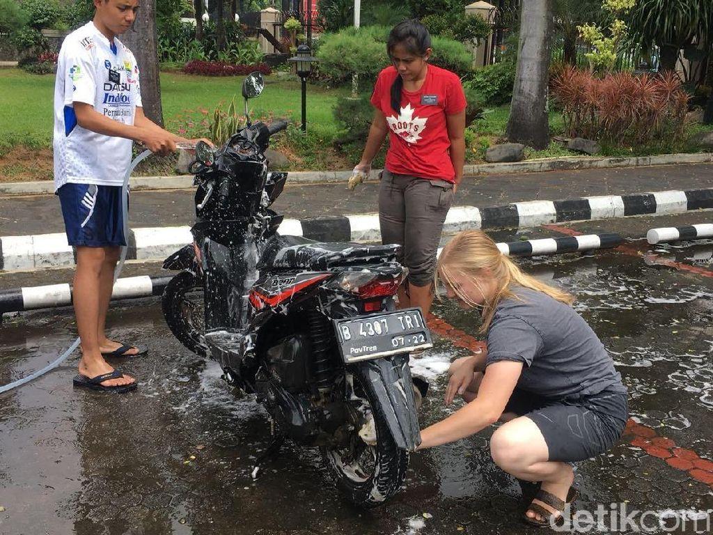 Cerita Pengendara di Tebet yang Motornya Dicuci Para Bule