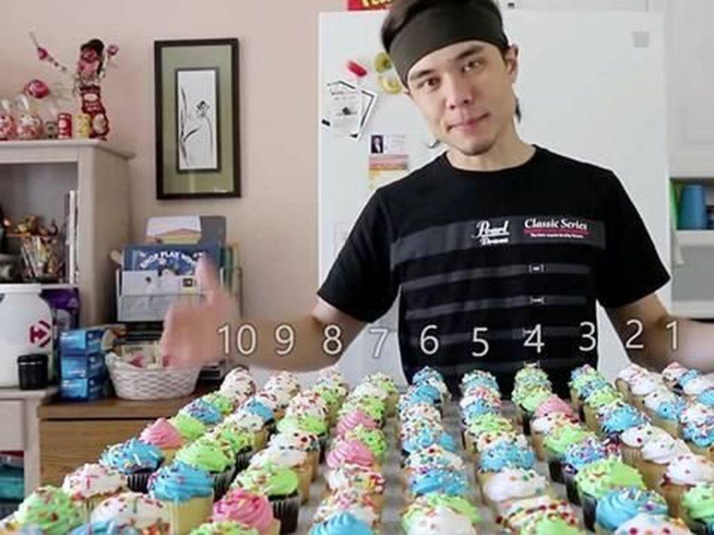 Wow! Lihat Aksi Matt Stonie Melahap 125 Cupcakes Dalam 8 Menit