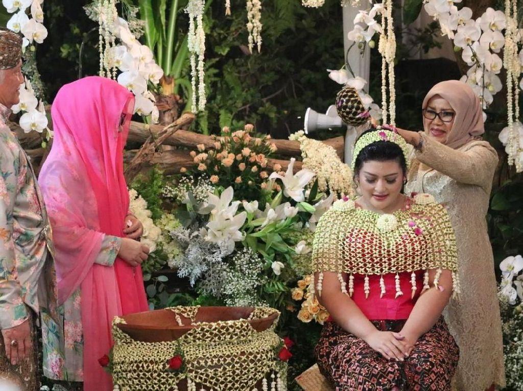 Foto: Momen Mufidah Kalla Hadiri Siraman Putri Mbak Tutut