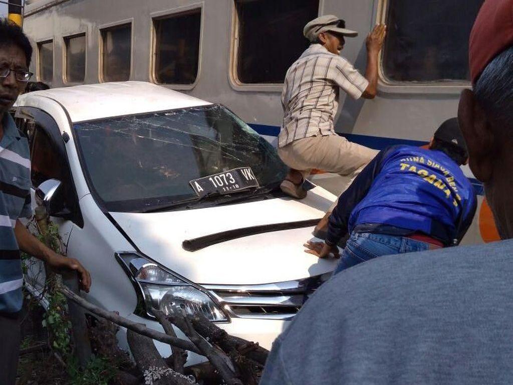 Mesin Mendadak Mati, Mobil Tertabrak Kereta di Cilegon