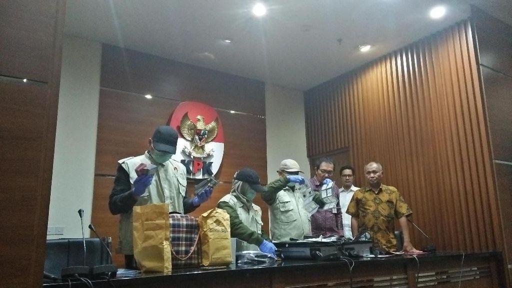 Foto: Duit dan Emas yang Disita KPK Saat OTT Amin Santono