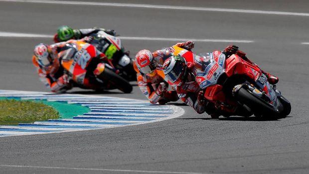 Jorge Lorenzo sempat berada di posisi terdepan sebelum disalip Marc Marquez. (