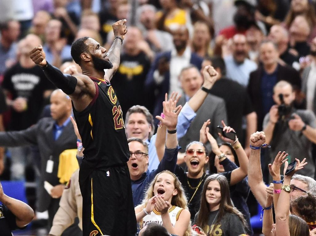 Buzzer Beater LeBron James Menangkan Cavs