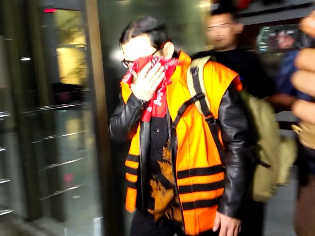 Ditahan KPK, Pejabat Kemenkeu Tutup Wajah pakai Sapu Tangan