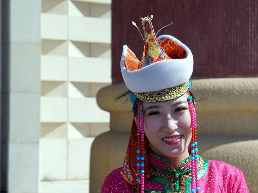 Tradisi Unik Pernikahan Suku Mongol: Pakai Topi Seberat 10 Kg!