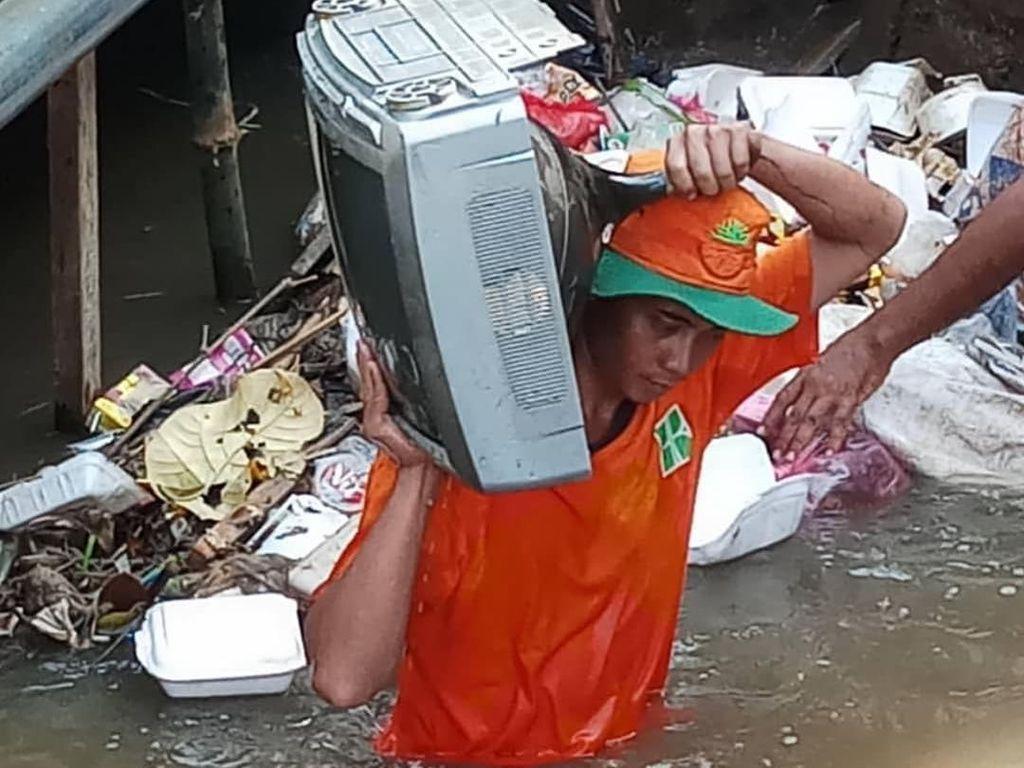 Cerita Tim UPK Badan Air Bersihkan Sungai: Temukan TV hingga Kasur