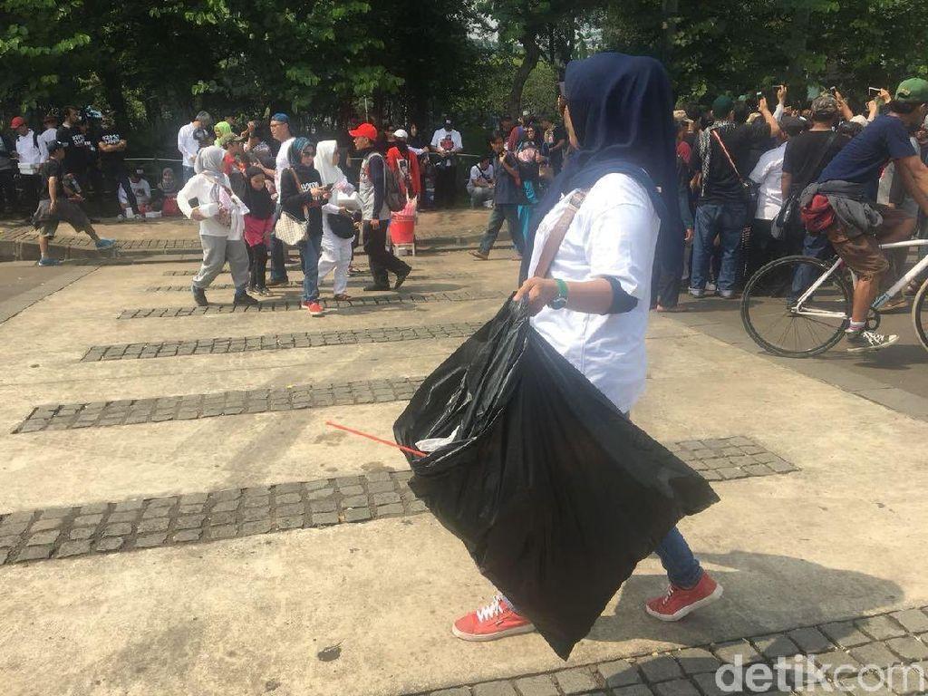 Bubarkan Diri, Massa #2019GantiPresiden Punguti Sampah