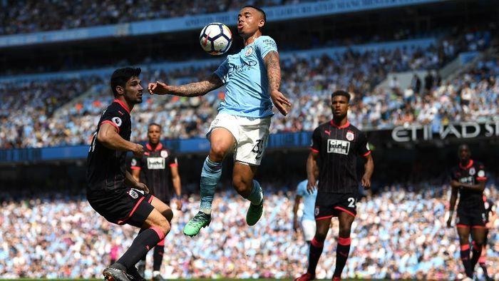 Manchester City mengangkat trofi juaranya di pekan ke-37 Liga Inggris tadi malam. (Foto: Michael Regan/Getty Images)