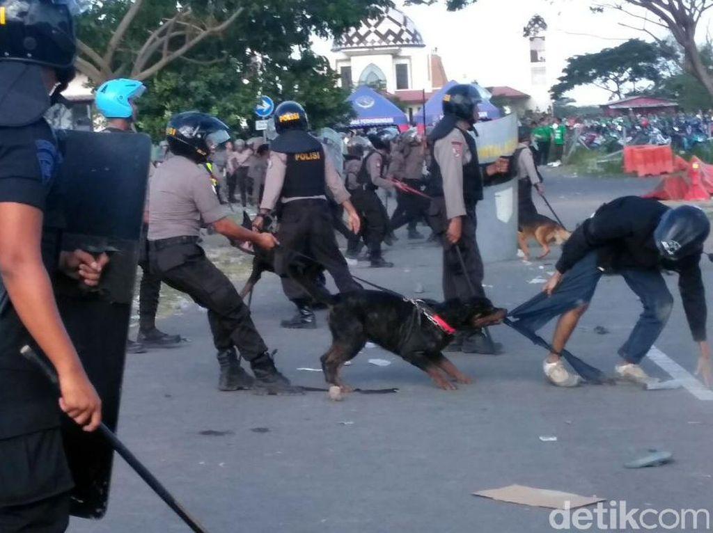 Bonek Ricuh, Polisi Tembakkan Gas Air Mata