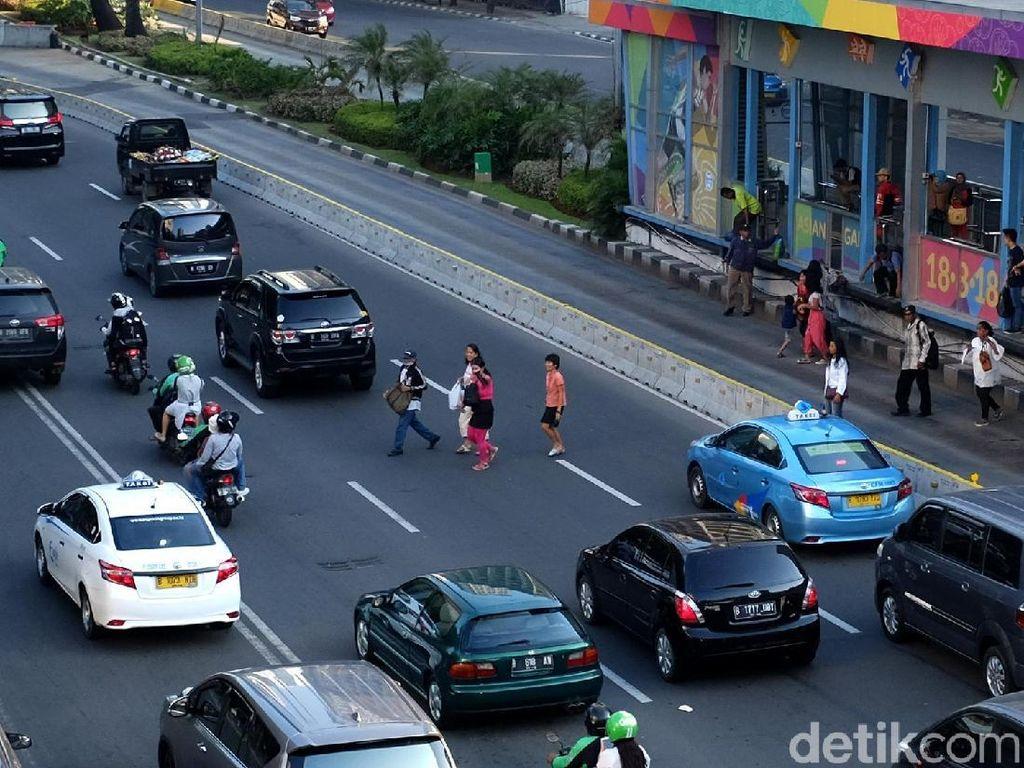 Berbahaya, Potong Jalan Thamrin Usai Naik TransJakarta