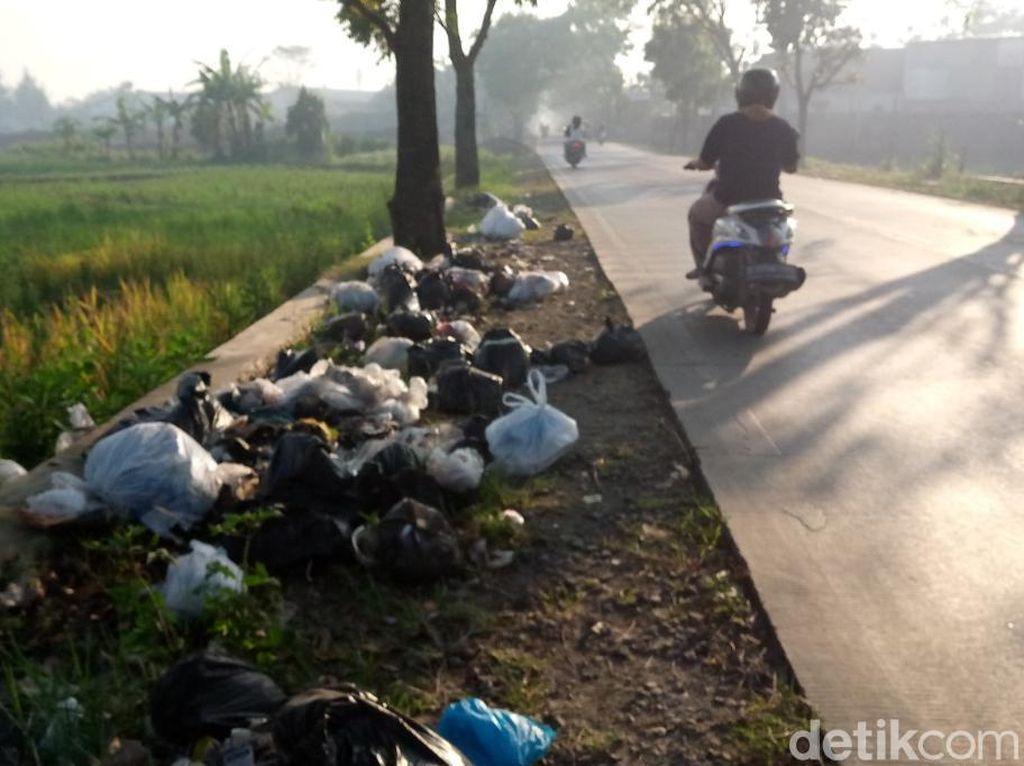 Tolong Angkut, Sampah Menumpuk di Bahu Jalan Majalaya-Cicalengka
