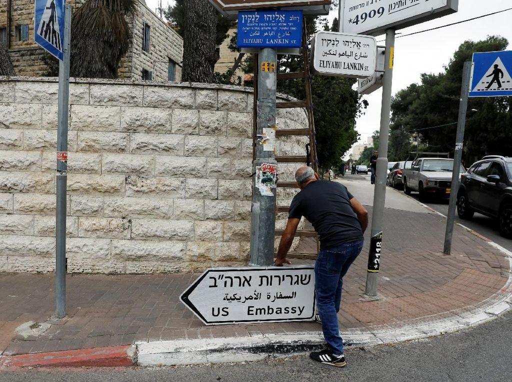 Papan Penunjuk Kedubes AS Mulai Dipasang di Jalanan Yerusalem