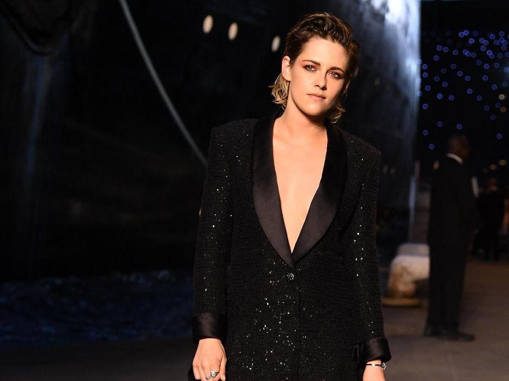 Adu Gaya Kristen Stewart vs. Margot Robbie di Fashion Show Chanel